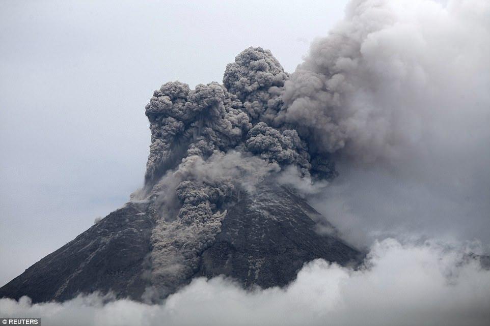 Извержение вулкана Турриальба в Коста-Рике, 6 января 2017 года.