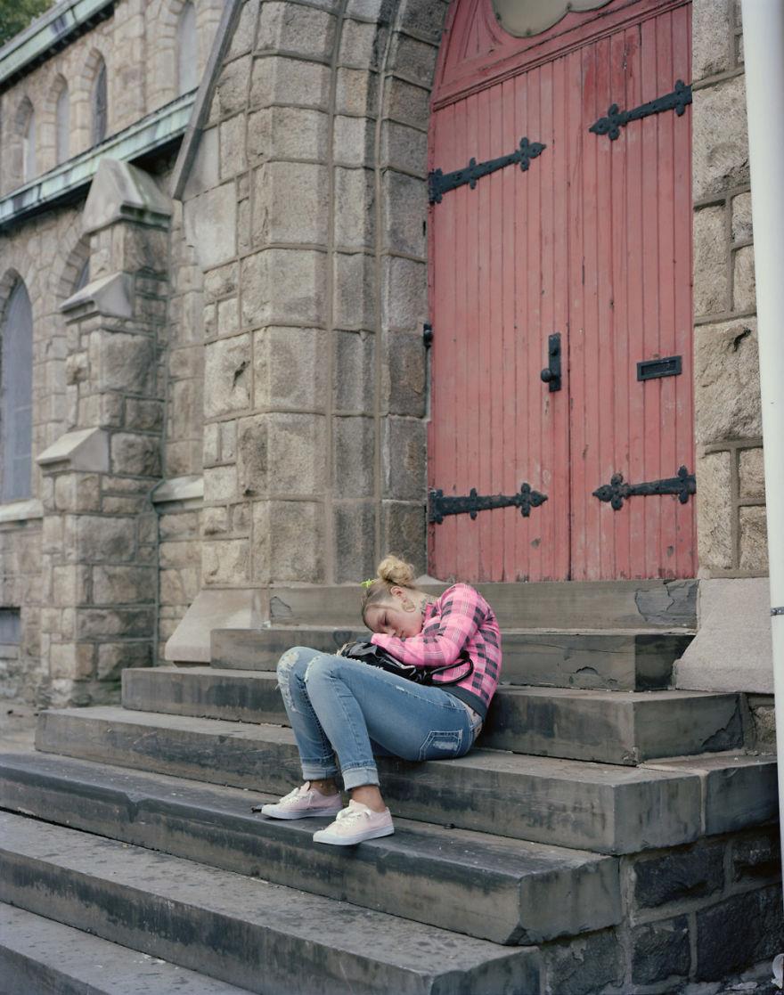 Кэролл спит днем на улице, чтобы защищать себя по ночам.