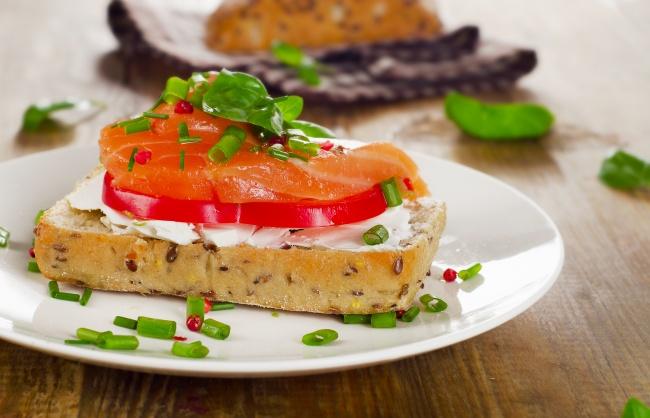 Понадобится:     4ломтика хлеба     150г сливочного сыра