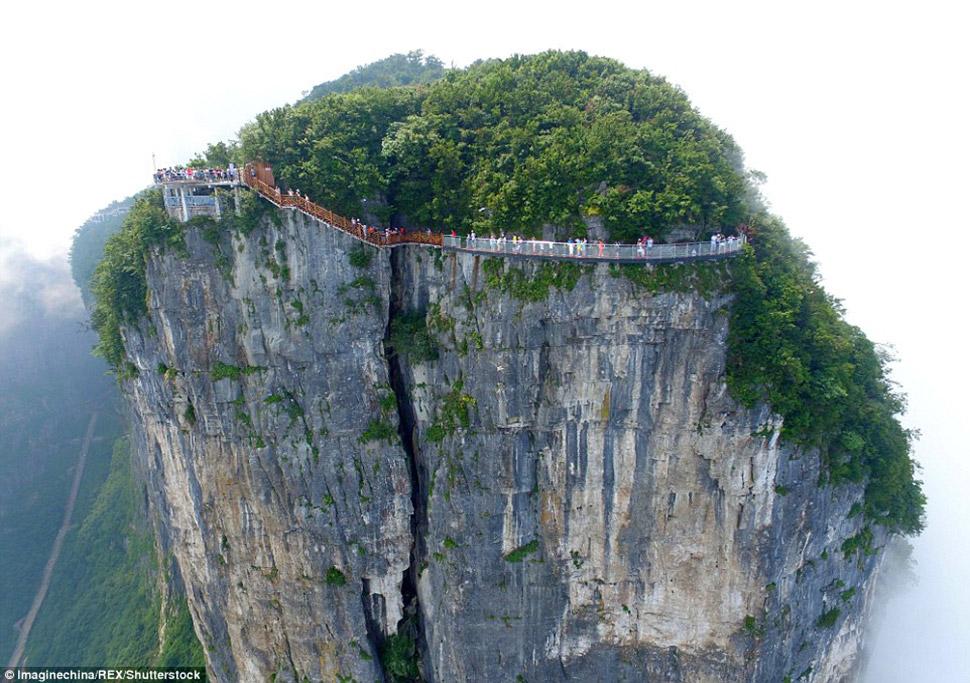 Для тех, кто хочет ощущений поострее, здесь же можно прыгнуть в пропасть с тарзанки.