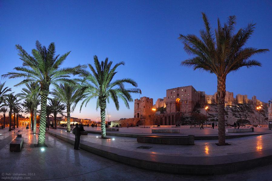 Даже в Сирии есть цивилизованные скамейки в центре перед самой главной достопримечательностью: