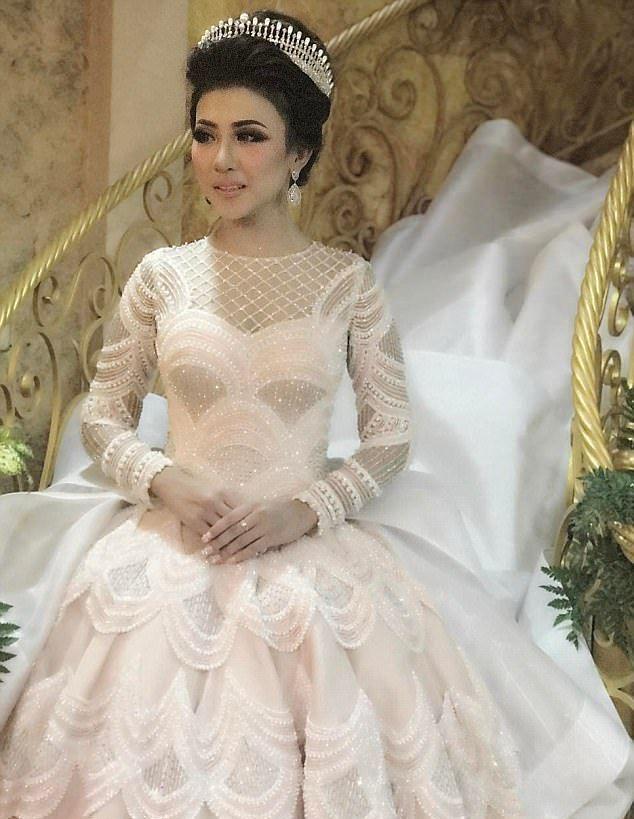 Позже невеста переоделась в другой наряд — ярко-красное платье с лифом, усыпанным кристаллами,