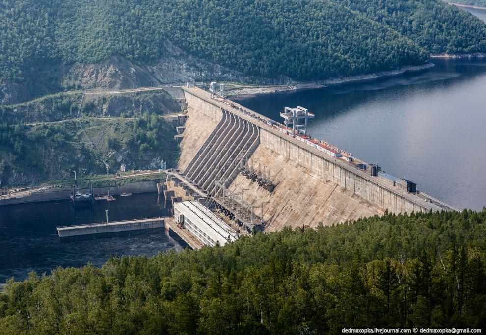 Зейская ГЭС имеет ряд уникальных особенностей. Плотина гидроэлектростанции имеет высоту почти 116 ме