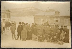 Групповой снимок каторжан с охранниками на фоне одного из зданий каторжного поселения