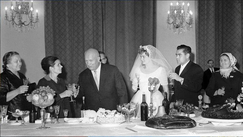 Свадьба В. Терешковой и А. Николаева. Присутствует Н.С.Хрущёв. Фото-ретро, из интернета .jpg