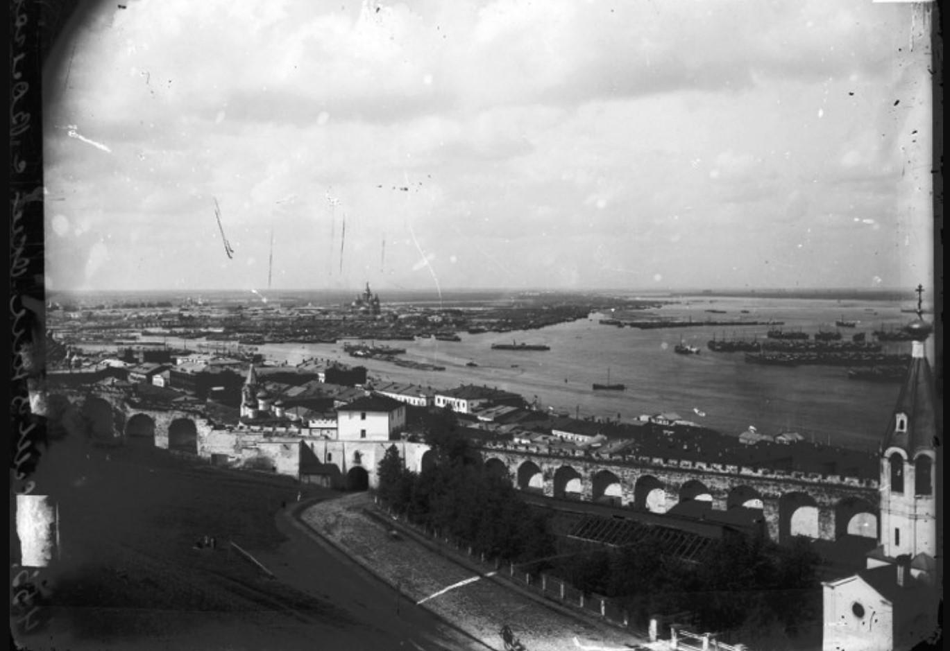 Общий вид города. на переднем плане – Кремлевская стена и Ивановский съезд, на заднем – Стрелка