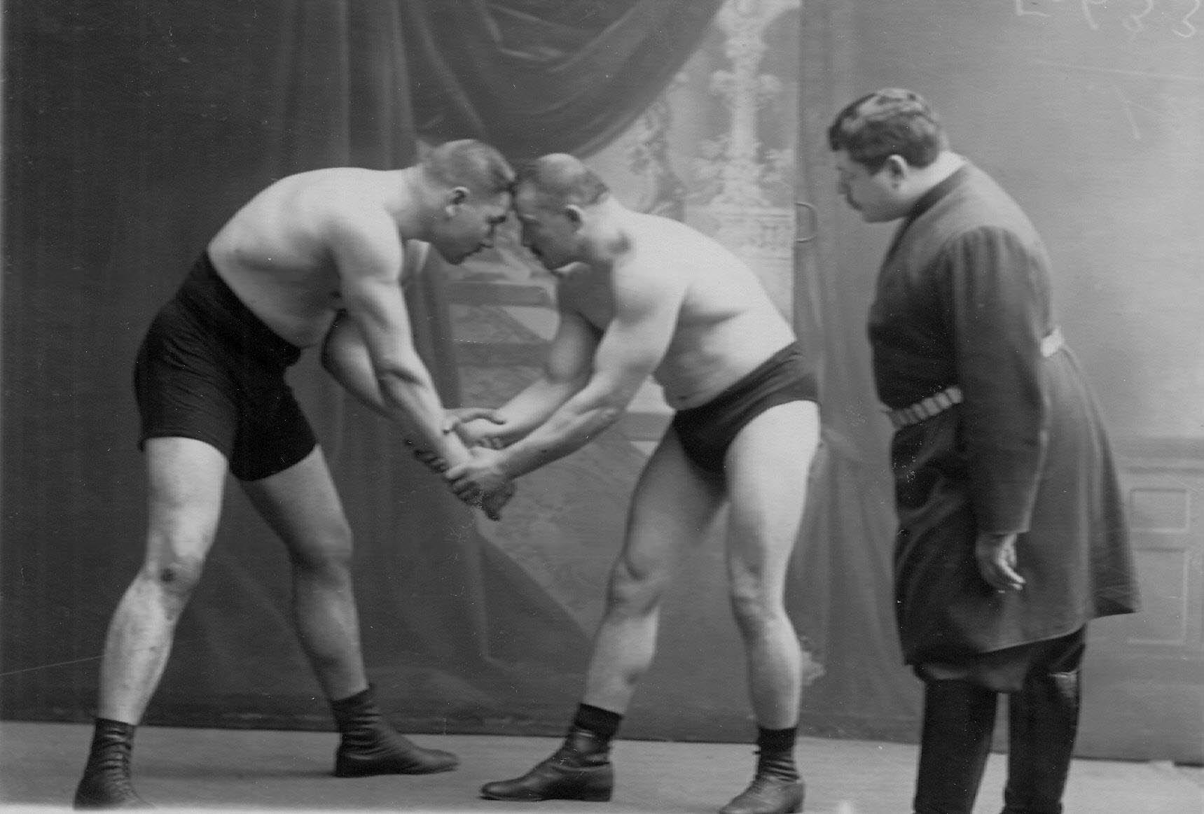 Судья И.В.Лебедев наблюдает за моментом борьбы двух борцов среднего веса