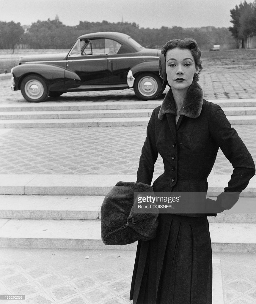 1952. Модель в пальто от Жака Фата перед Пежо 203