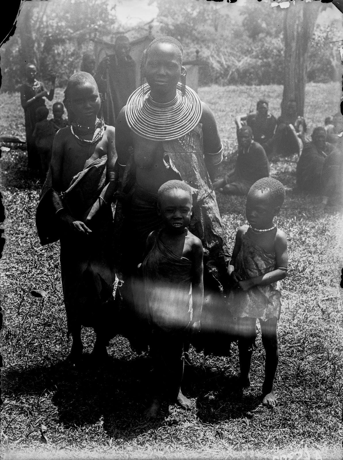 326. Женщина массаи с тремя детьми