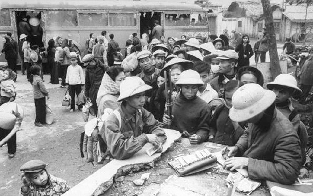 Дети возвращаются в Ханой во время паузы в бомбардировках