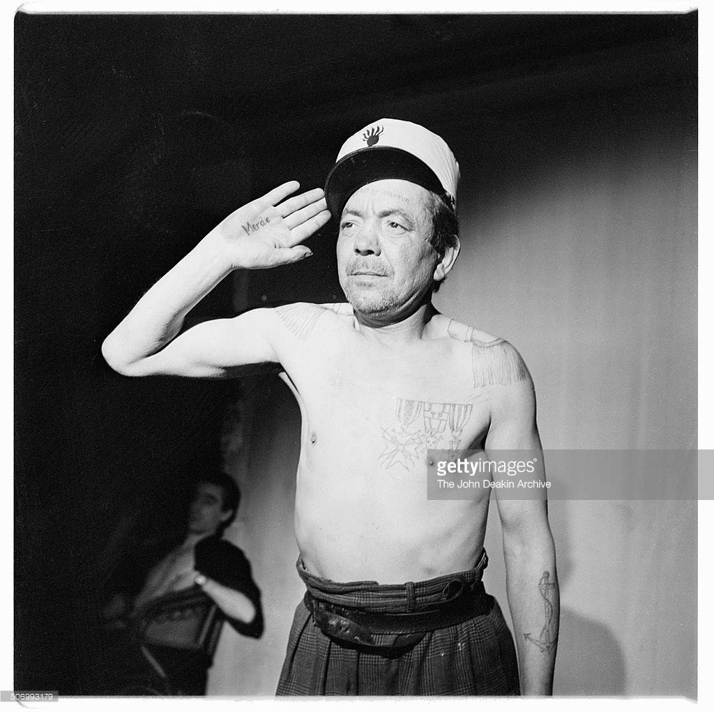 1953. Французский бродяга Леон Ла Луне (Леон Будевиль) демонстрирует свои вытатуированные медали и эполеты, Париж