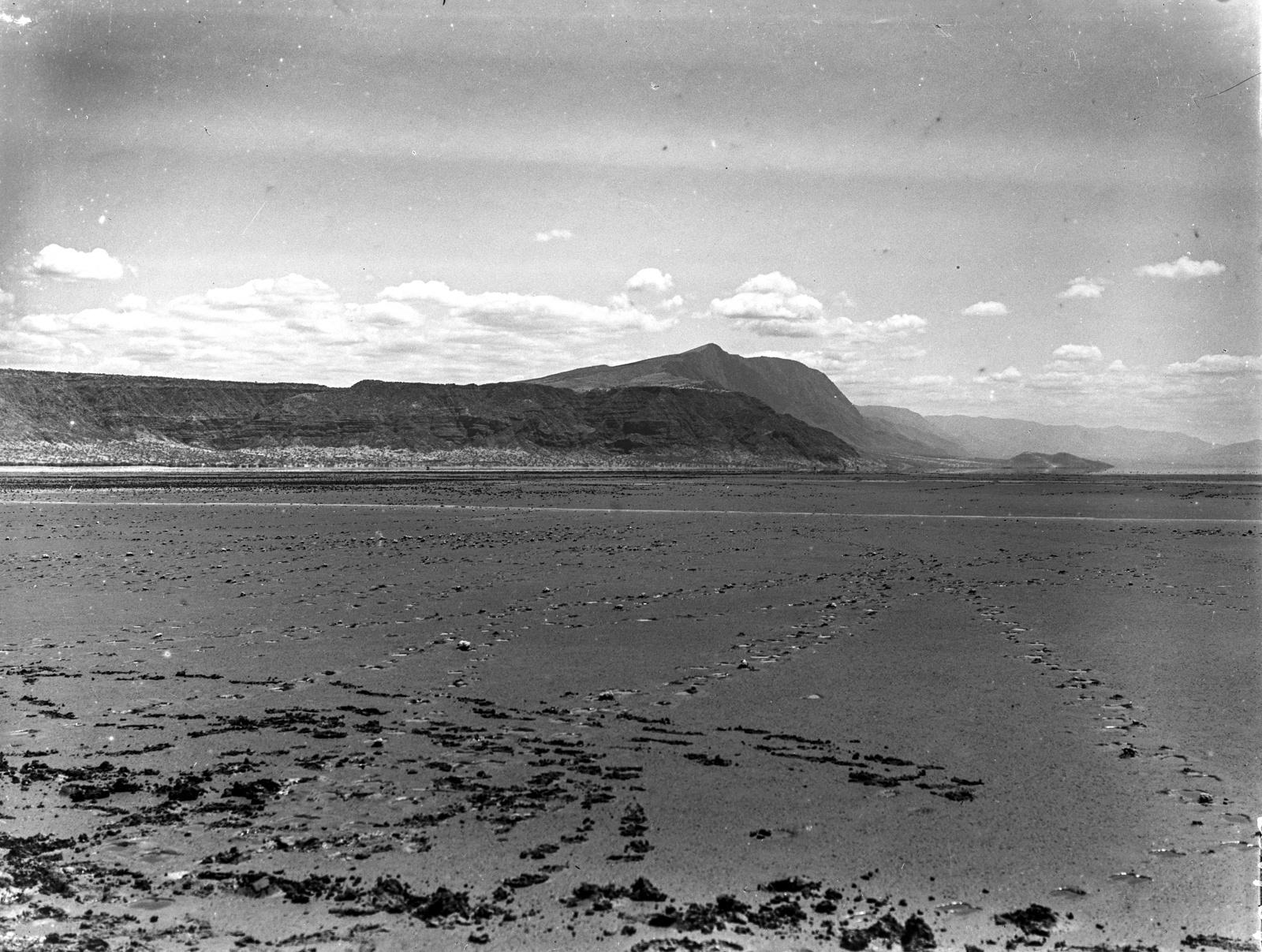 33. Обнажившееся дно озера Натрон в точке разлома с вулканом Самбу