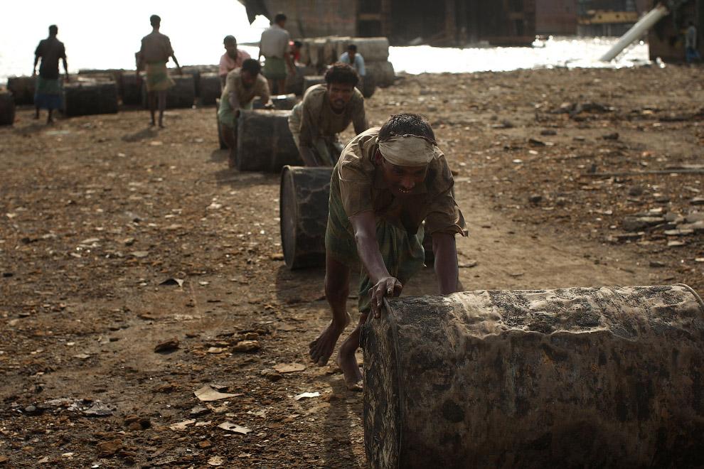 26. Несколько месяцев — и от корабля остается один скелет. Читтагонг, Бангладеш, 19 апреля 2009. (Фо