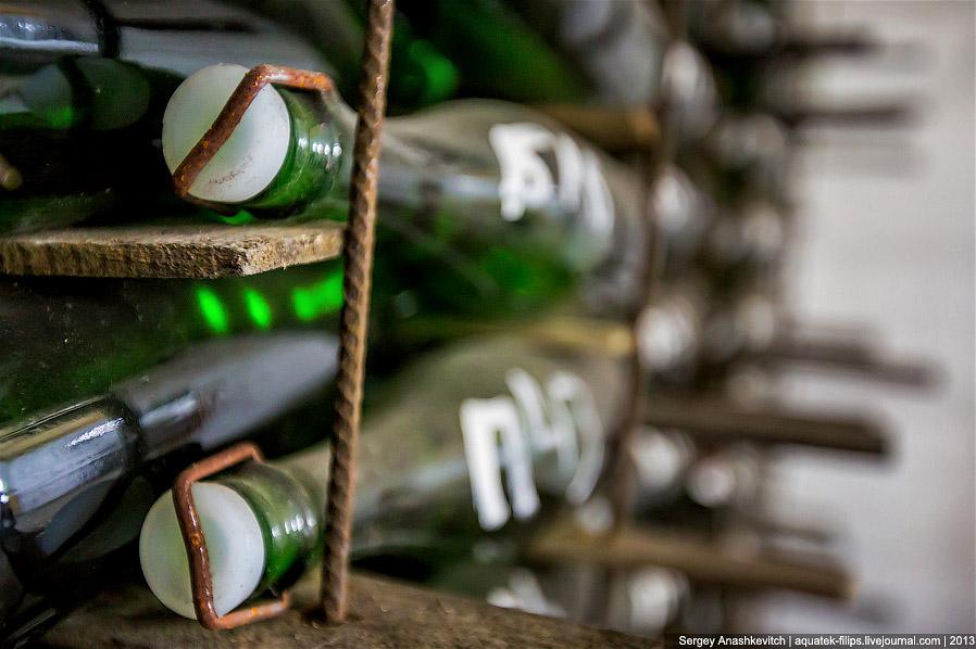 22. Бутылки, лишенные дефектов, направляют на внешнее оформление — горлышко покрывают фольгой, накле