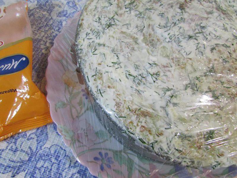 12. Готовый торт можно украсить зеленым луком и помидорами-черри.