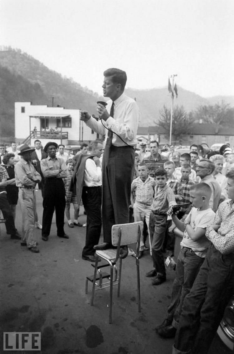 Автор фото: Хэнк Уолкер (Hank Walker), 1960. Джон Кеннеди выступает во время предвыборной компании в