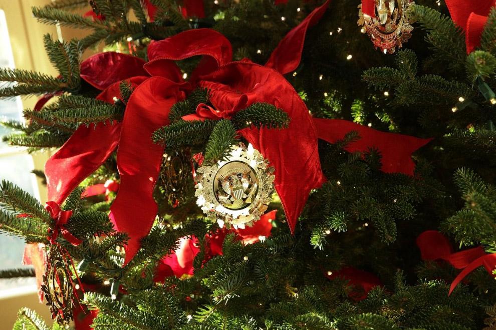 5. Рождественские венки на окнах Белого дома. Всего их более 70-ти. (Фото Alex Wong):