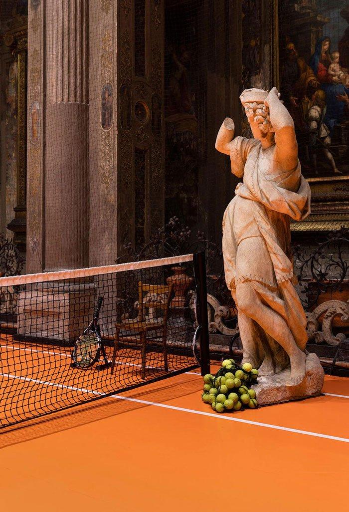 Художник разместил теннисный корт в старинной миланской церкви