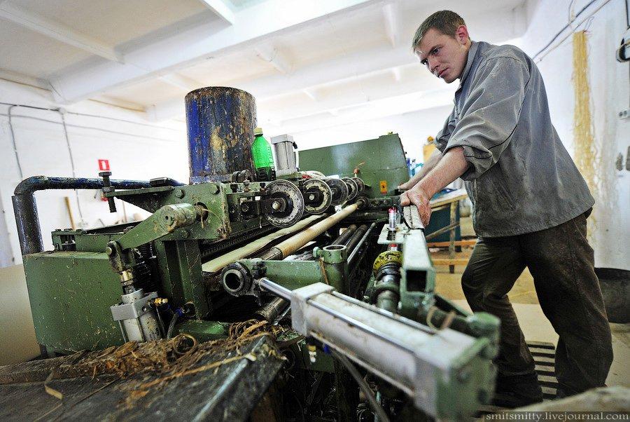 Станок обмакивает бумагу в клей, крутит и режет трубки. На этом станке выпускается 2 млн. таких труб