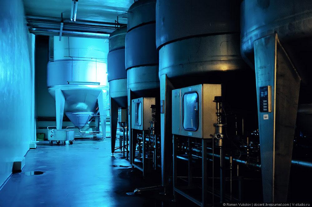 Рядом находится цех цилиндроконических танков, в которых бродит пиво. Процесс брожения может занимат