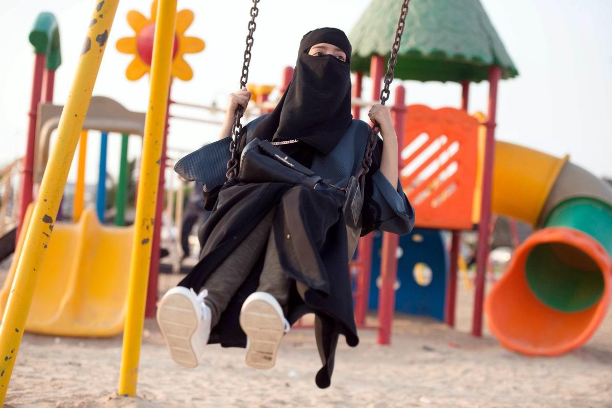 Такие женские шалости: Девушка в парандже и на качелях