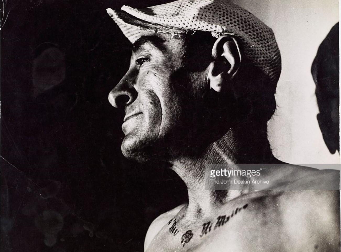 1953. Человек, демонстрирующий свои татуировки, Париж