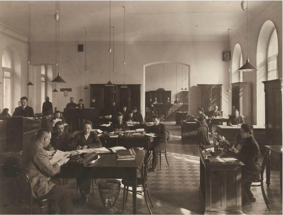 1900. Служащие канцелярии городской управы за работой