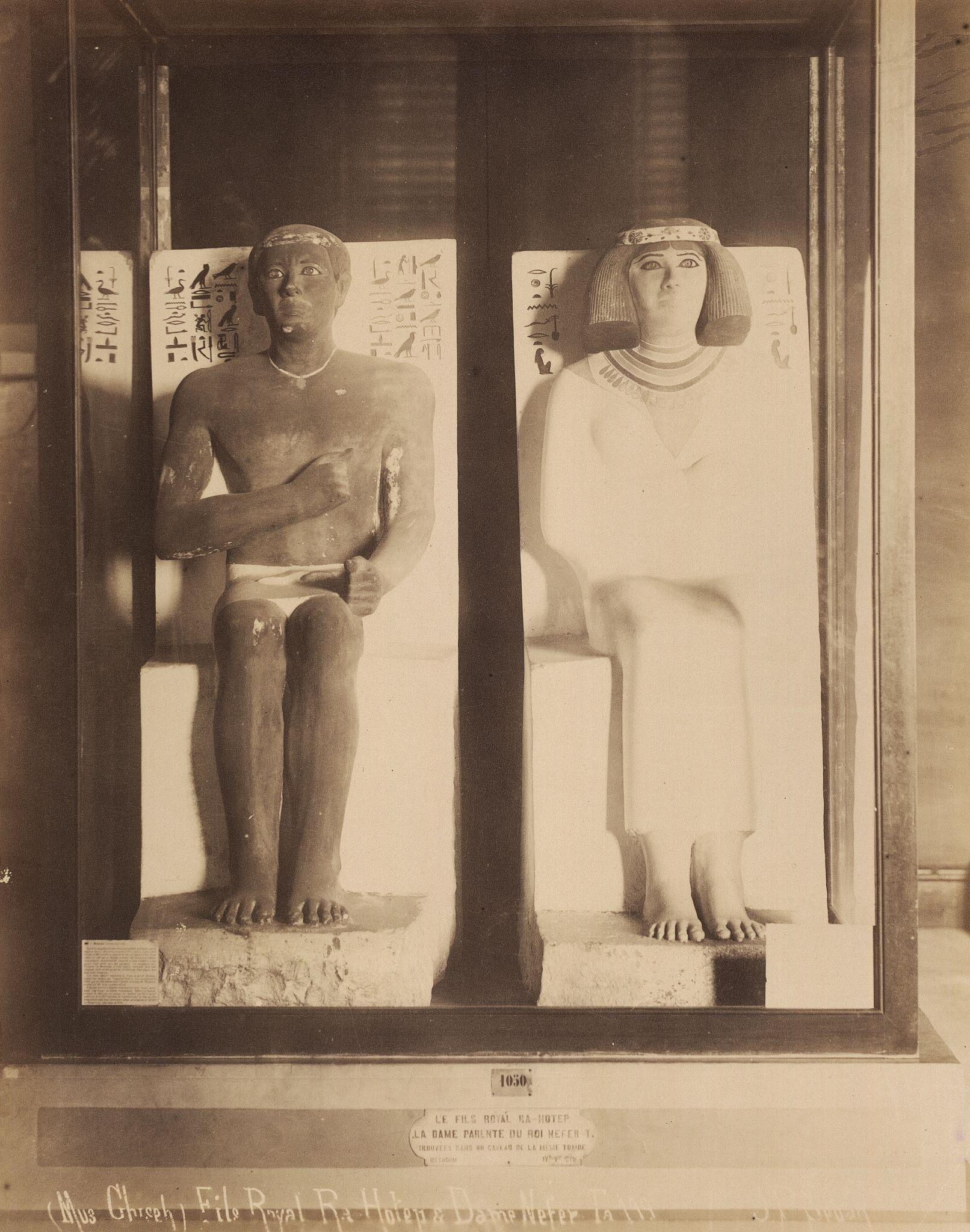 Каирский музей. Статуи Рахотепа и  его жены Нофрет