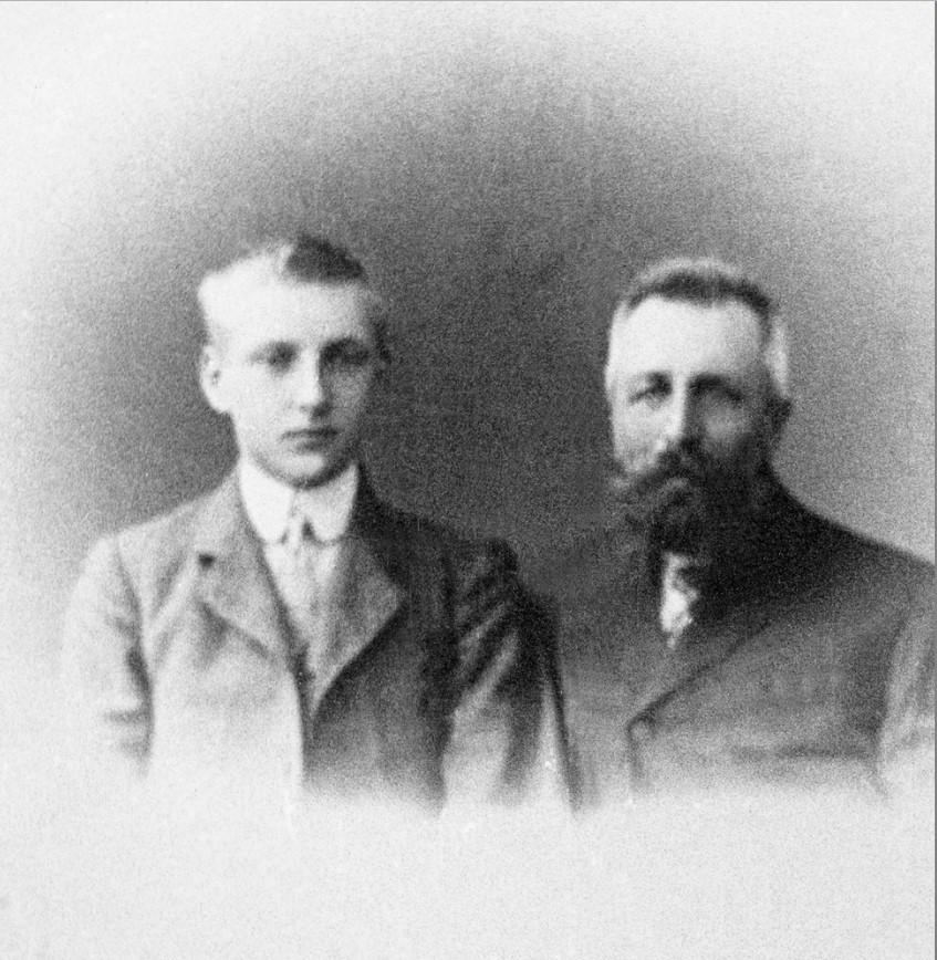 Эгиль Абрахамсен (1893-1979) в 16 лет и тридцатилетний Андреас Каммеруд (1864-1930),  перед поездкой в 1909 году в Архангельск