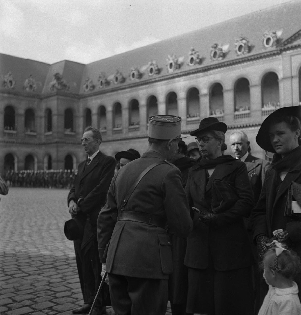 35. Капитан Дюпуи от имени маршала Петена вручает военные кресты семьям погибших легионеров