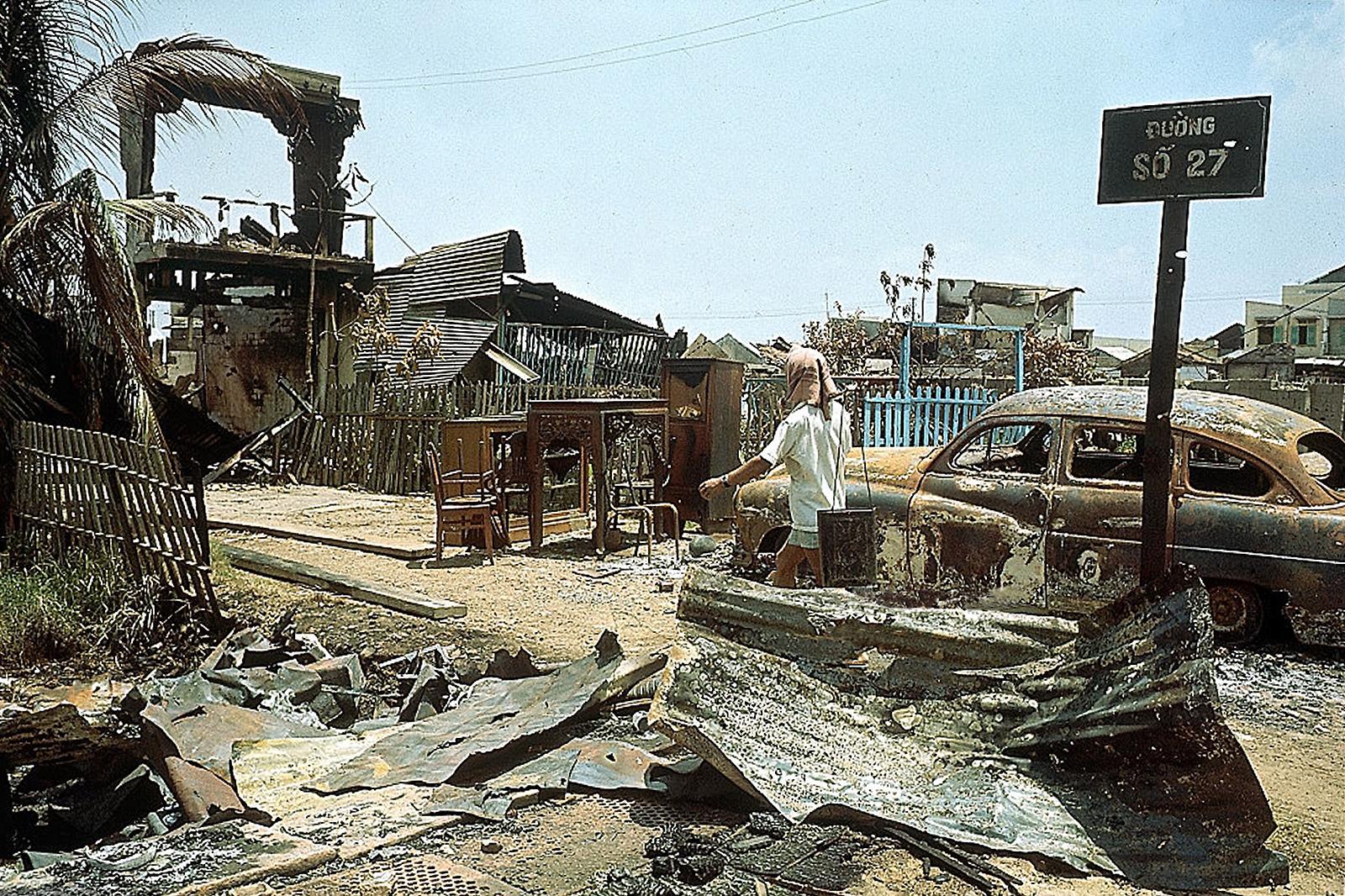 Солдат проходит через разрушенную площадь в Сайгоне. 11 мая