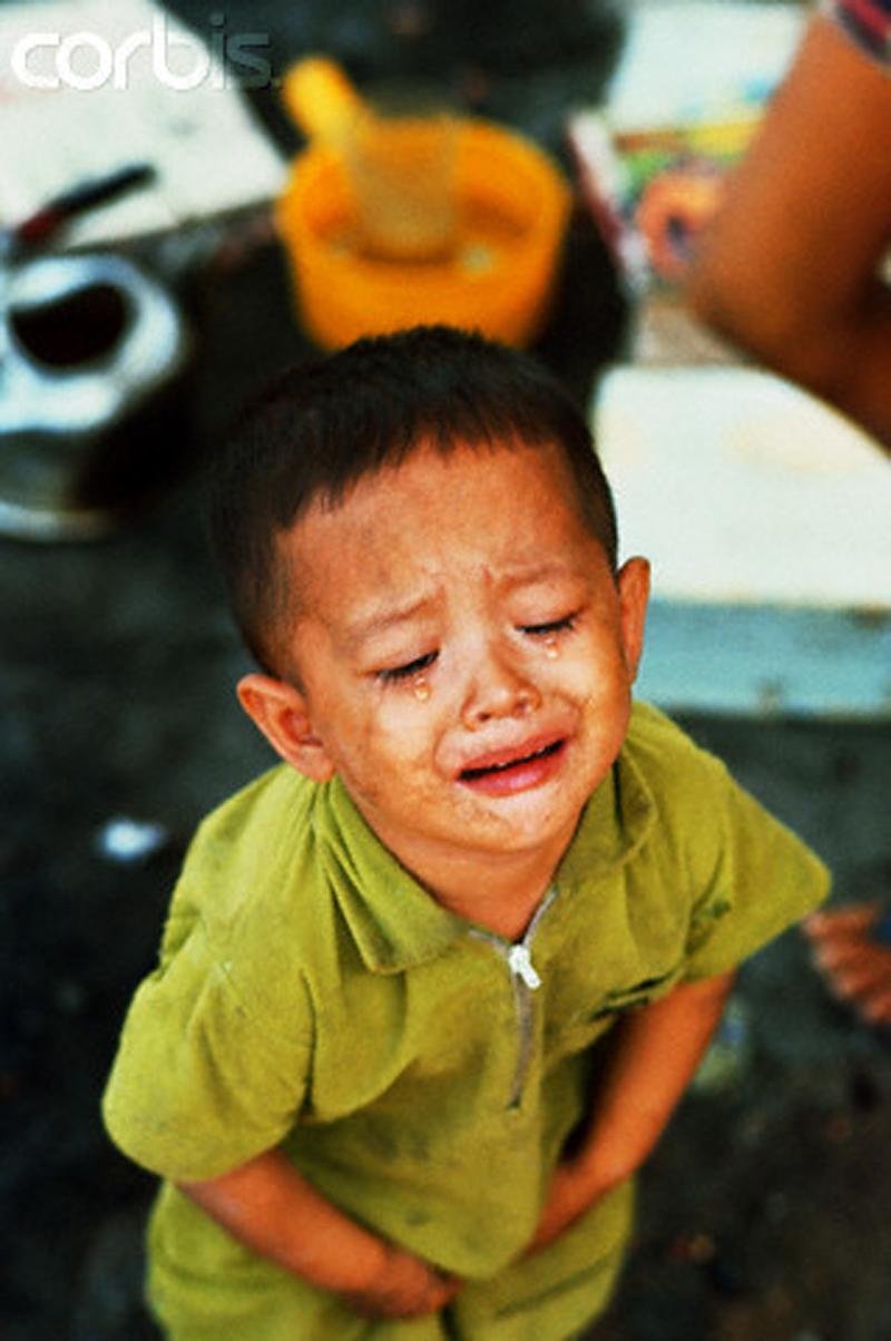 Маленький мальчик плачет на обломках своего дома в районе Тёлон. 18 мая