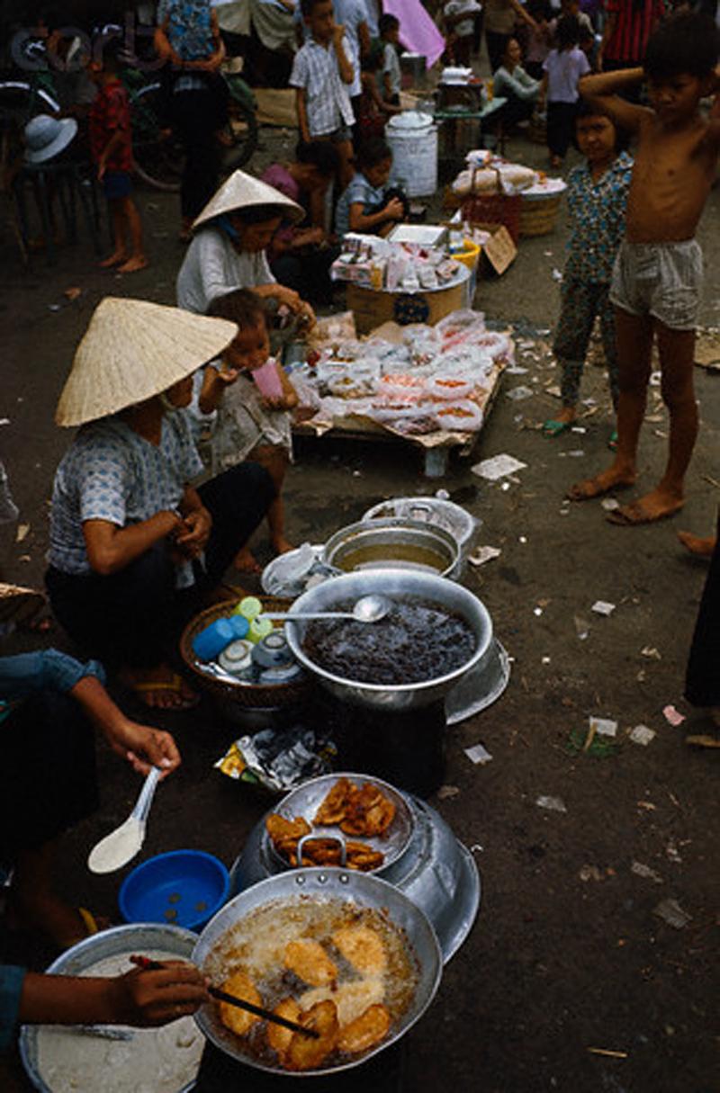 Небольшие рынки возникли на территории церквей, которые используют в качестве временного пристанища тысячи бездомных беженцев. Беженцы продают сладкий картофель, хлеб и другие вещи. 15 мая