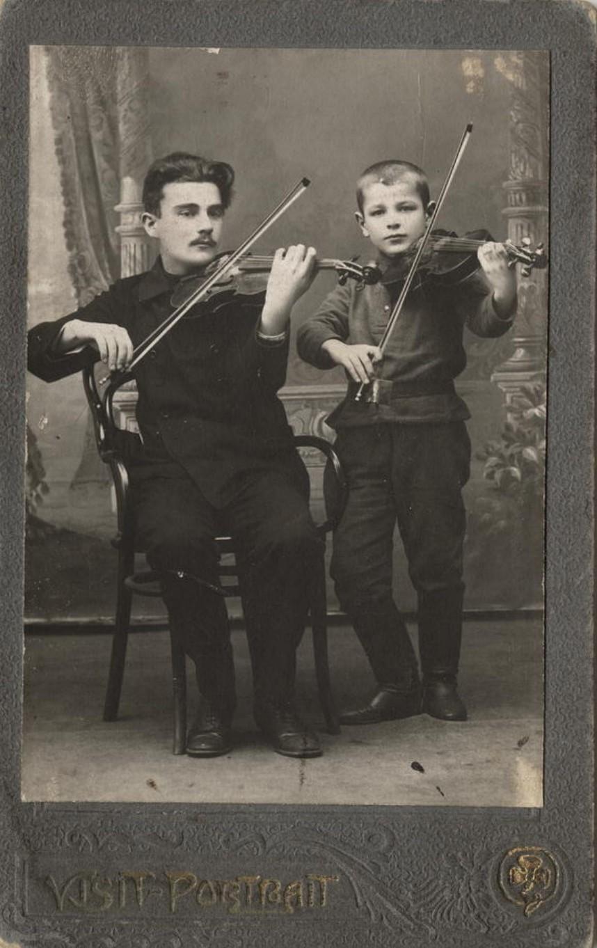 П.Л. Столяров и В.П.Каретников, играющие на скрипках