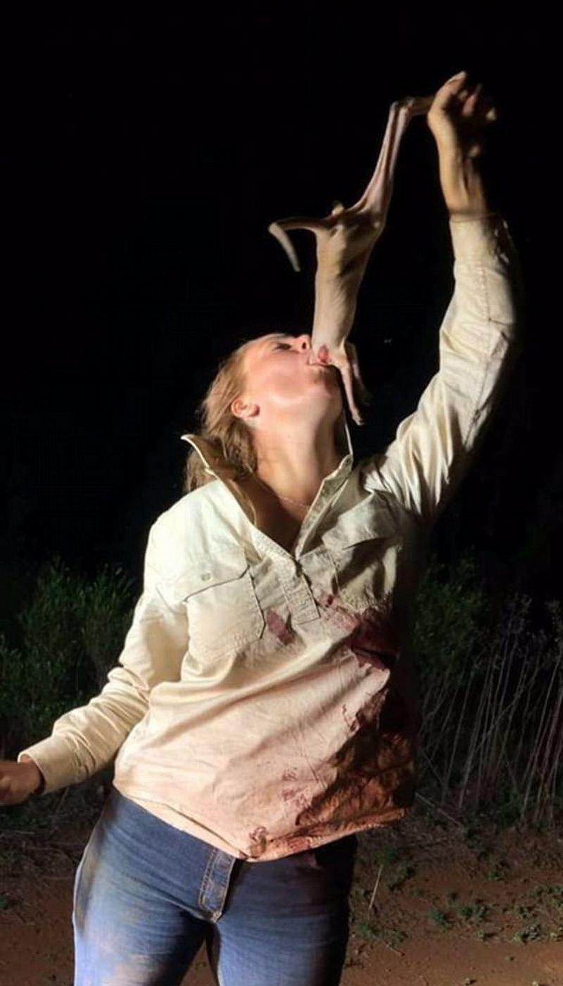 Австралийка подверглась критике за снимок, на котором она сует в рот детеныша кенгуру