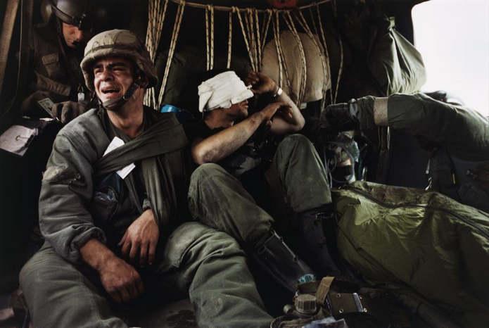 Во время эвакуации в больницу на вертолете раненый сержант Кен Козакевич плачет, когда узнает, что м