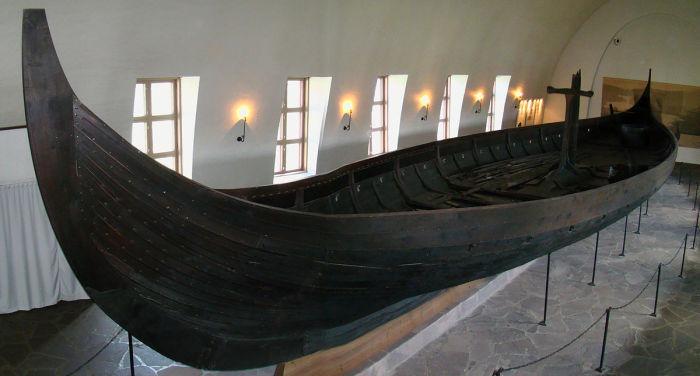 Гокстадский корабль древних скандинавов, IX век н.э.   Внутри лодки обнаружены предметы, сопутс