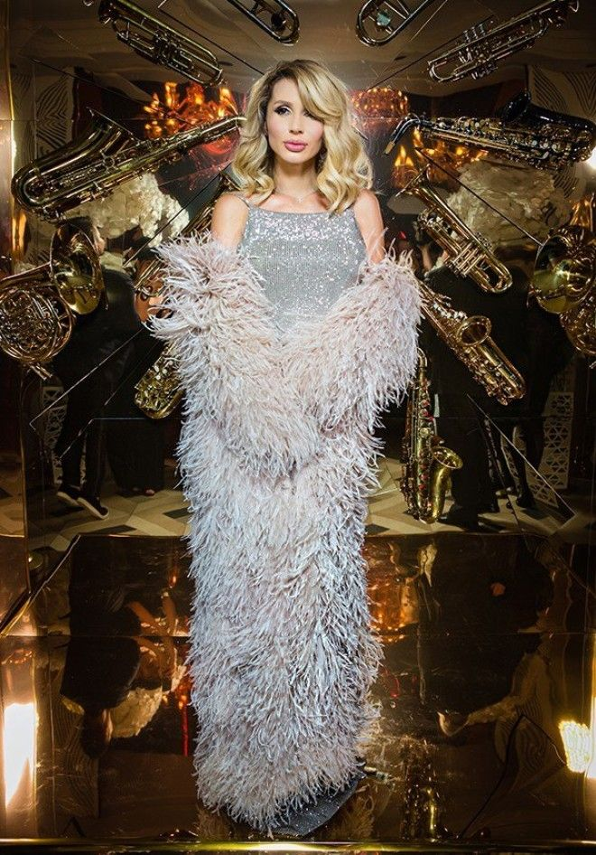 Сама именинница была в облегающем блестящем платье от Александра Терехова, и в конце вечера исполнил