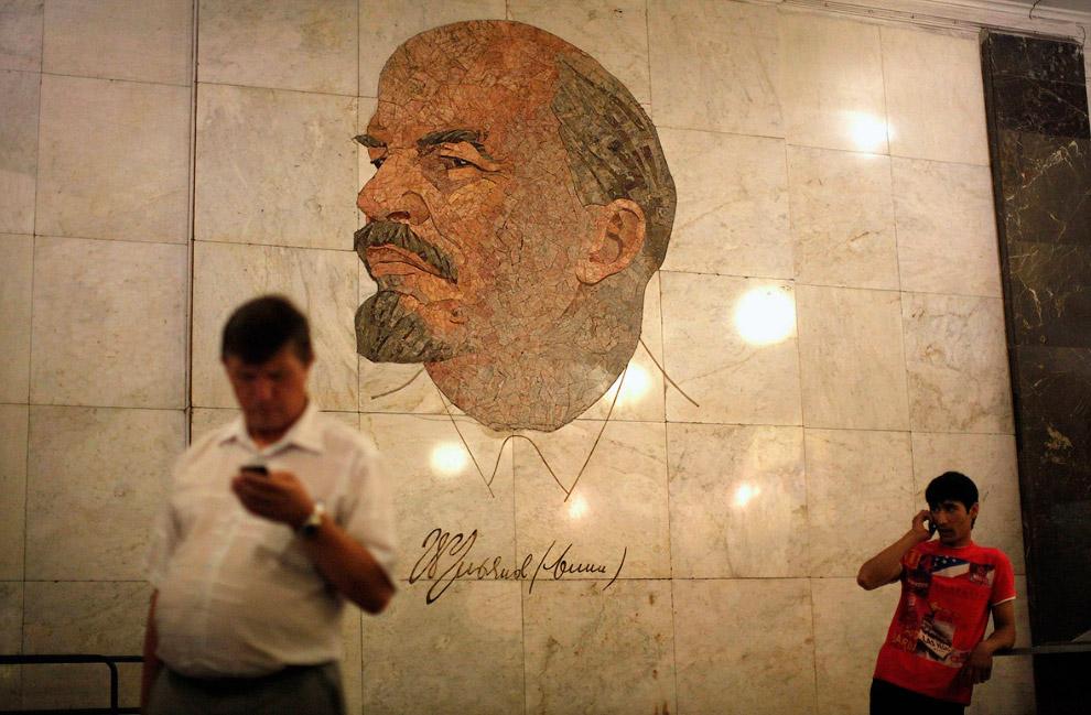 8. Мозаика с Лениным на станции метро «Комсомольская» в Москве. (Фото Lucy Nicholson | Reuters):