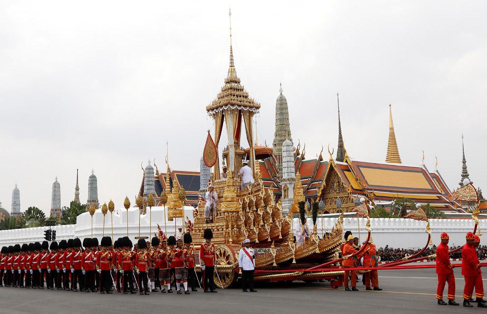 9. Королевская гвардия у Большого королевского дворца. Здесь, на вершине построенного погребального