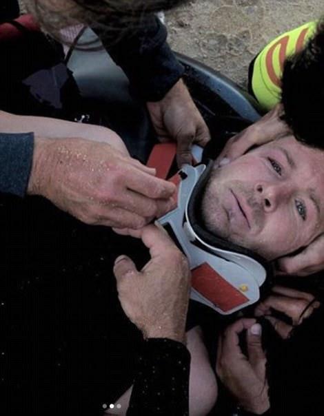 Английский серфер-чемпион сломал позвоночник, упав с гигантской волны в Португалии