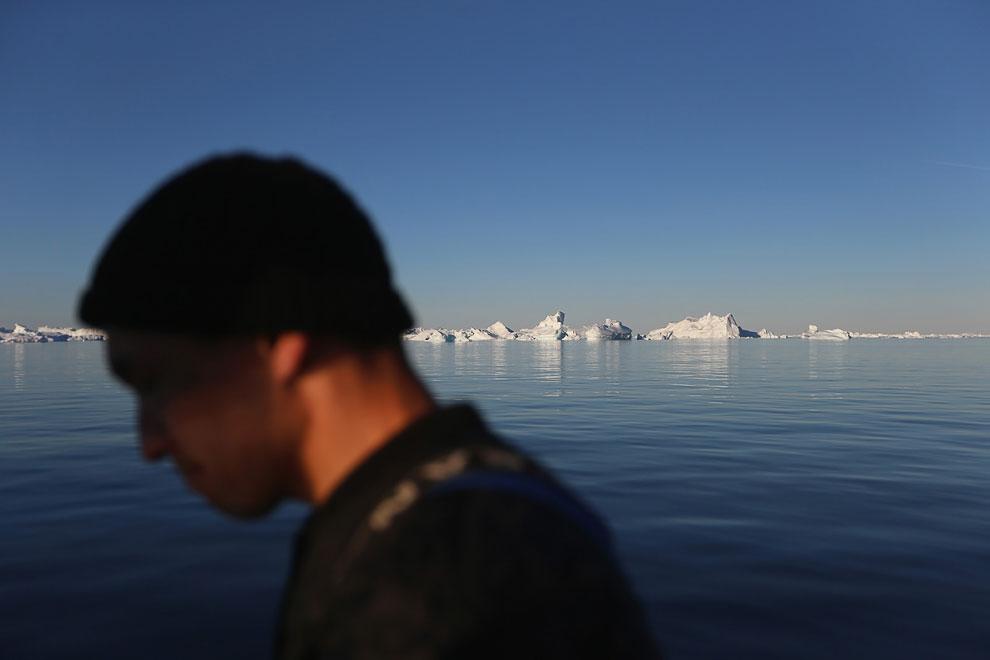 Лодка и айсберги у ледника.  Якобсхавн — крупнейший в мире быстро движущийся ледник