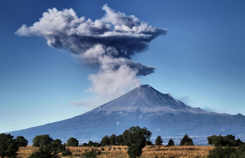 16. Вулкан Манаро Вуи на острове Амбэ в южной части Тихого океана, 1 октября 2017. (Фото Ben Bohane