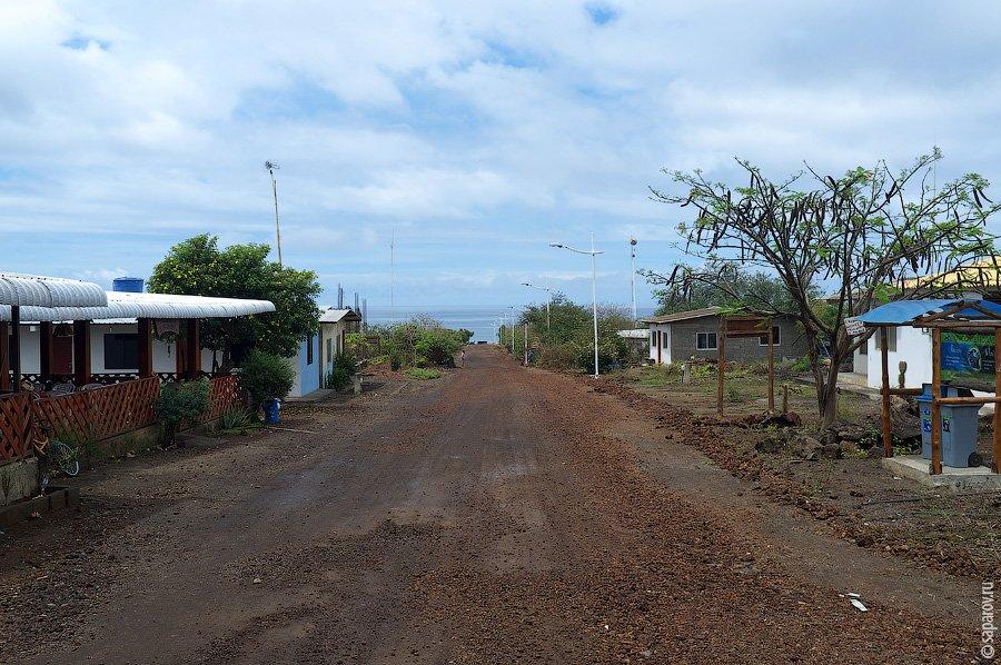 На острове есть всего два отеля. Первый — дорогой лодж из сети Red Mangrove, куда селят туристов, пр