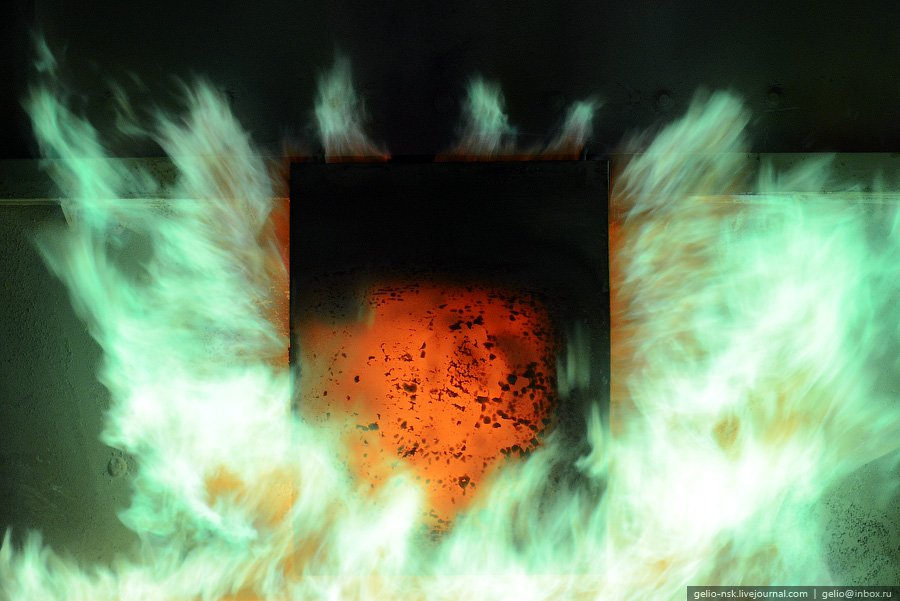 Загрузка шихты в отражательную в вышеупомянутую печь Ан-1: