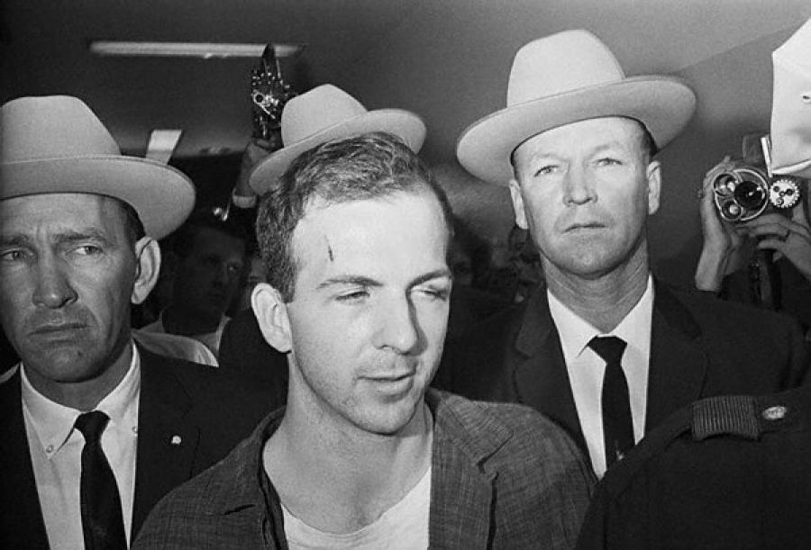 Уже позже на родине Освальд был арестован за убийство полицейского примерно через 40 минут после тог