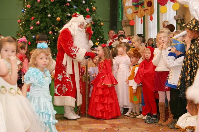 Однако у детей все же остается надежда увидеть Деда Мороза перед Новым годом. Для этого родители дол