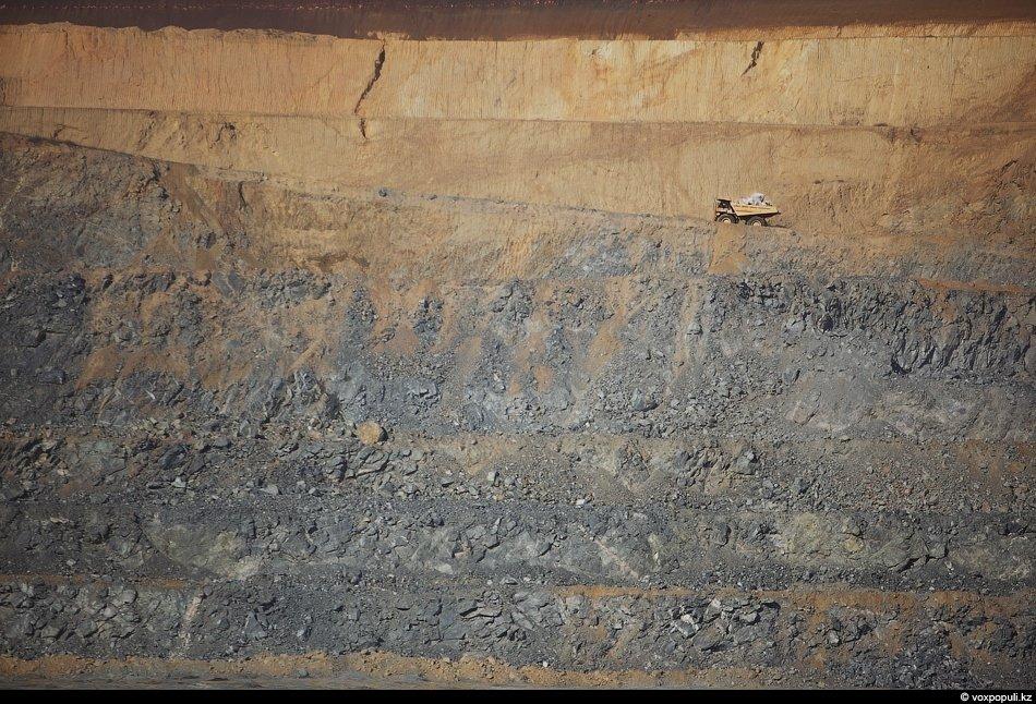 Руда из карьера подается в приемный бункер дробилки крупного дробления. Там ее дробят до размера (фр