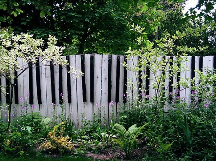 Невероятной красоты забор… Цветочные горшки словно настоящие. Очень вдохновляюще!