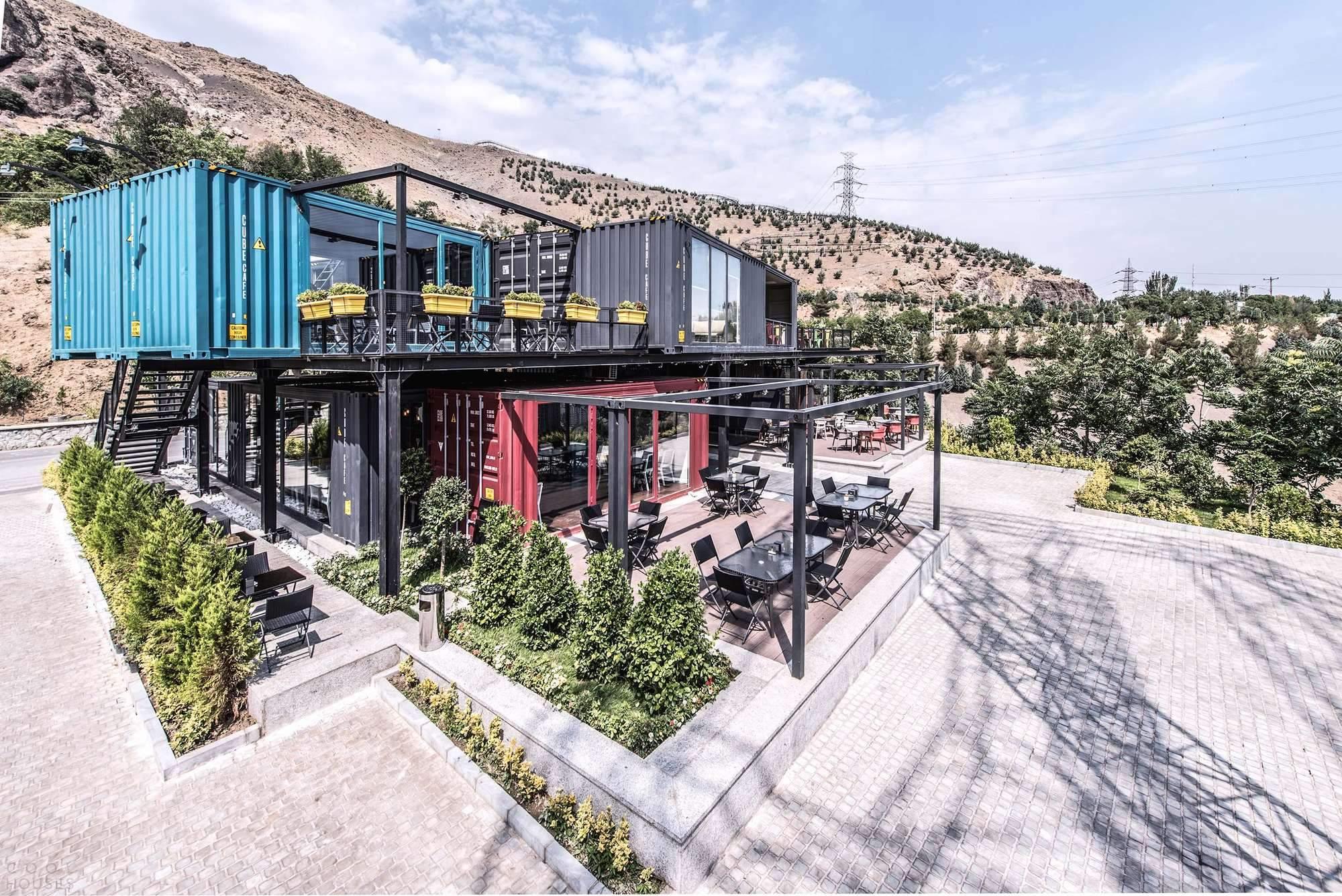 Как в Иране построили клуб для отдыха и развлечений из мусорных контейнеров